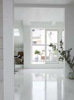 SKINNENDE GULV. Det blanke gulvet er hvitlakket epoxy. Det kan være blankt eller matt og finnes i flere farger.