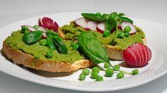 Crostini vegani alla crema di piselli e basilico: la ricetta, gli ingredienti ed i consigli per preparare questo gustoso antipasto.