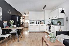 Öppen planlösning mellan kök och vardagsrum.  Köket med Ballingslöv Zenus har snygg design och exklusiv utrustning med många finesser. LOCATION: Minitvåa nära Slottsskogens gröna oas.