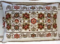 Hódmezővásárhelyi Működtető és Szolgáltató Zrt.   Vásárhelyi hímzés Hungary, Decorative Boxes, Costume, Embroidery, Lace, Design, Needlepoint, Racing, Drawn Thread