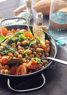 Como los garbanzos con espinacas, pero utilizando grelos y salteándolo todo para tener listo este platazo de legumbres en 10 minutos. Muy fácil.
