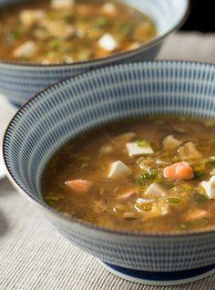 Recette de Ricardo de soupe de miso au tofu.  Cette soupe santé est un repas simple et rapide à préparer qui complera n'importe qui.