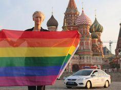 Tilda Swinton desafia a polícia russa e desfralda arco-íris na Praça Vermelha em Moscou