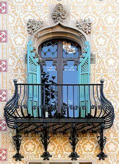 Photos Blend of Architecture with Art Nouveau. Art Nouveau focuses more on the concept of und… Beautiful Architecture, Beautiful Buildings, Art And Architecture, Architecture Details, Barcelona Architecture, Art Nouveau Arquitectura, French Balcony, Unique Doors, Door Knockers