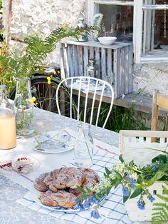 Finns det något härligare än en uteplats som tåls att vara på hela dagen lång? En matplats där både frukost, lunch och middag kan intas och däremellan 11-kaffe och 15-fika är ett måste samt plats för att dra sig undan lite, kanske läsa en bok eller bara ta en tupplur. En uteplats för många eller kanske bara för dig själv. En härlig uteplats helt enkelt!