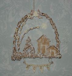Decorazione natalizia relizzata con cannucce di carta.