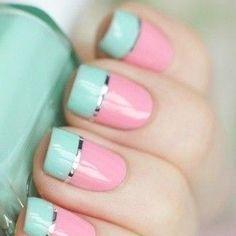 Divinas unas en rosa pastel con las puntas en azul turquesa y una línea plateada que separa los dos colores.