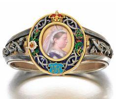 Queen Victoria gold and enamel Royal presentation bangle, circa 1879 Victorian Jewelry, Antique Jewelry, Vintage Jewelry, Antique Rings, Victorian Era, Queen Victoria Prince Albert, Art Nouveau, Miniature Portraits, Mourning Jewelry