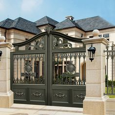 17 Elegant Gates To Transform Your Yard Into Inviting Place Metal Driveway Gates, Front Gates, Entrance Gates, Metal Gates, Driveway Entrance Landscaping, Steel Gate Design, Iron Gate Design, Fence Design, House Main Gates Design