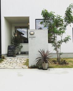 浜松市東区有玉に店舗併用住宅が完成しました。1Fは店舗である美容院、2Fが住居スペースとなります。店舗は、とても明るく開放的でFIX窓から店内全体に降り注... Garden Entrance, Entrance Gates, House Entrance, Modern Exterior, Interior And Exterior, Gate Design, House Design, Japanese Modern House, Japan Architecture