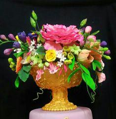 Sboccia la creatività in una coppa dorata e un tripudio di fiori colorati. Realizzata a mano, interamente di zucchero.....si può quasi sentire il loro profumo