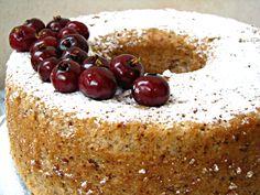 """אצלנו בשבת חייבת להיות לפחות עוגה אחת """"יבשה"""". מה זה יבשה?? בלי קרמים וקצפות. אי אפשר לקרוא לה יבשה כי היא כל כך עסיסית ורכה, אבל ככה מכנים עוגות שהן ללא קצפות וקרמים. החצי שלי, חייב בבוקר שבת את כוס הנס קפה שלו עםעוגת תפוזיםאועוגת שייש טובה.הפעם החלטתי לגוון קצת ואלתרתי עוגת קוקוס עם המון …"""