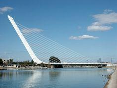 Yo conduje a través del Puente del Alamillo. Es un gran puente blanco. Es muy impresionante.