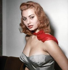 """Sofia Villani Scicolone, musa do cinema mundial mais conhecida como Sophia Loren, nasceu em Roma, na Itália, a 20 de setembro de 1934 e comemora 82 anos de vida nesta terça-feira (20.set.2016). Considerada uma das maiores sex symbols de todos os tempos, a musa ainda esbanja beleza, elegância e energia. """"A vida passa, aproveitem. Os minutos e cada segundo, tudo conta"""", disse a lenda viva do cinema em um bate-papo com jornalistas que cobriam o festival de Cannes, em maio de 2014 (foto). """"A…"""