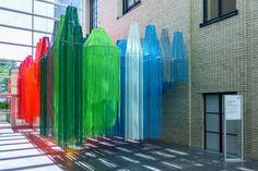 Galería de Francis Kéré crea instalación de hilos brillantemente coloreados para su primera retrospectiva en EE.UU