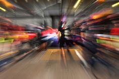Fotógrafo Luca Bassani faz ensaio em cima de pit stop da Red Bull, o mais veloz da categoria.