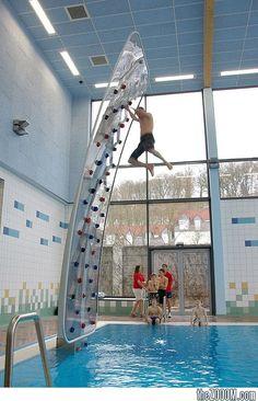 Mur d'escalade en piscine