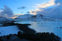 Die Blue Lagoon Iceland liegt eingebettet in der wunderschönen Natur Island mit blauen, dampfenden Seen und den Lavafeldern!