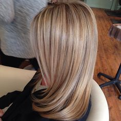 Hair Color Trends 2018 - Highlights Sandy dirty blonde low lights high lights Discovred by : Jo Amato Love Hair, Gorgeous Hair, Amazing Hair, Blonde Lowlights, Blonde Balayage, Sandy Blonde, Corte Y Color, Ombré Hair, Colored Highlights