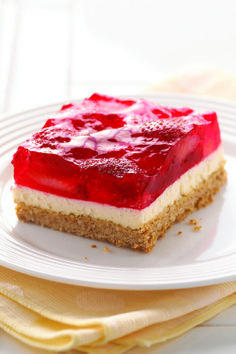 Strawberry Pretzel Squares – This classic summer dessert features a crunchy pretzel crust, a creamy center and a fresh strawberry and JELL-O Strawberry Flavor Gelatin topping. And it is YUMMY! Kraft Foods, Kraft Recipes, Pretzel Desserts, Köstliche Desserts, Strawberry Pretzel Salad, Strawberry Desserts, Naked Cakes, Summer Dessert Recipes, Spring Desserts