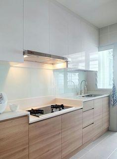 Совершенство пастельных оттенков  Интерьер этой кухни построен на переплетении нежно-розового, голубого и белого цвета. Эта классическая смесь оттенков создает великолепный эффект безмятежности и спокойствия. Минимальный набор мебели позволяет освободить пространство комнат, благодаря чему квартира не перегружена: тут легко дышится, а благодаря таким деталям, как живые растения, деревянный обеденный стол на кухне, создается ощущение полного единения с природой.  Позвоните дизайнеру…