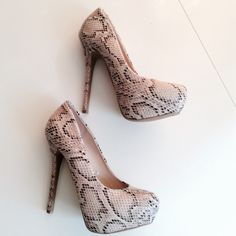 """Sexy Snake Skin Heels Bring sexy back, with these sexy high heels. 5"""" heel with platform. Amazing condition. tan Steve Madden Shoes Platforms"""