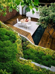 kleiner garten steiler hang grundstück terrasse weiß holzdeck