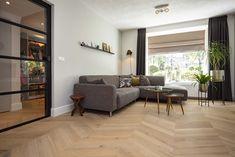 Licht gerookte hongaarse punt afgewerkt met een hoge Barokke plint Floor Design, Floors, Divider, Living Room, Wood, House, Furniture, Home Decor, Shabby Chic