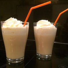 Bij Koffietijd noemen ze het Heiße Oma. Wij noemen het warme advocaatdrank met slagroom. Heerlijk als je door en door koud bent. Tevens een recept erbij voor een alcoholvrije variant.