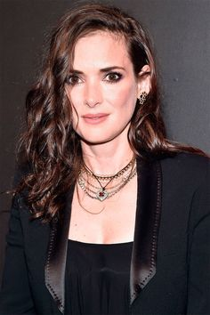 Winona Ryder Best Hair And Makeup Looks - Winona Ryder Old Vintage Photos Winona Ryder Now, Winona Ryder Hair, Beetlejuice, 90s Makeup, Hair Makeup, Hip Hop Women, Winona Forever, Pixie, 90s Fashion Grunge