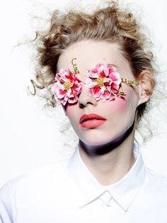 """Image de l'exposition """"The Art of Color"""" photographiée par Richard Burbridge pour le Vogue Japon en 2015. Maquillage par Peter Philips, Directeur de la Création et de l'Image du Maquillage Christian Dior."""