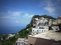 Faimoasa insula Capri se afla in Marea Tireniana, la aproximativ50 de minute distanta de Napoli, cu feribotul. Capri este o insula muntoasa, frumoasa si exclusivista. Desi masoara putin peste 10 k...