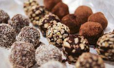 Τα σοκολατένια τρουφάκια είναι τόσο νόστιμα που αν ξεκινήσουμε να τα τρώμε δεν θα τελειώσουμε ποτέ! Εμείς σας προτείνουμε να τα φτιάξετε στο σπίτι με 5 μόνο υλι