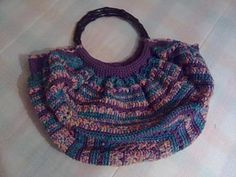 The granny bag ! - Spanish instructions, but with step by steps pictures. This is so easy to do: you just need a granny, the inside cover, the handles and sew everything together. I ♥ doing crochet purses.