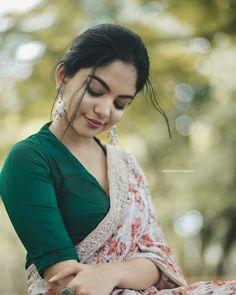 Love the bottle green blouse and floral Saree Jacket Designs, Saree Blouse Neck Designs, Saree Blouse Patterns, Saree Jackets, Stylish Blouse Design, Trendy Sarees, Elegant Saree, Saree Look, Saree Styles