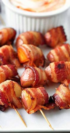 Bacon Wrapped Rosemary Potatoes Recipe for Bacon Wrapped Rosemary Potatoes - The perfect party food.potatoes and bacon! This is my goto recipe for any party, and they ALWAYS disappear! Bacon Wrapped Potatoes, Rosemary Potatoes, Bacon Potato, Meat Appetizers, Appetizers For Party, Appetizer Recipes, Goto Recipe, Fingerfood Party, Potato Bites