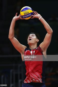 Micah Christenson of United States lays up the ball during the Men's Volleyball Semifinal match on Day 14 of the Rio 2016 Olympic Games at the Maracanazinho on August 2016 in Rio de Janeiro, Brazil. Usa Volleyball Team, Volleyball Poses, Female Volleyball Players, Human Poses, Dynamic Poses, Rio Olympics 2016, Art Poses, Figure Model, Pose Reference