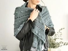 Este chal de pico va a ser tu próximo proyecto de crochet Crochet Scarves, Crochet Shawl, Moda Zara, Boho Hat, Fashion For Petite Women, Women's Fashion Dresses, Street Style Women, Lana, Crochet Santa