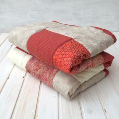 Brick - patchworková deka Originální prošívaná patchworková deka s výplní. Použití: Jako klasická deka nebo přehoz na postel. Rozměr: 200 na 140cm Materiál: bavlna - možné prát v pračce na 40°C. Výplň: rouno z dutých vláken. Teplé cihlové barvy na batikách z Bali v kombinaci s proužkem, vanilkovou a béžovou působí elegantním a harmonickým dojmem pro zkrášlení ...