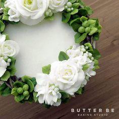 New cake decorating piping website ideas Cake Decorating Piping, Creative Cake Decorating, Cake Decorating Techniques, Creative Cakes, Buttercream Flowers Tutorial, Korean Buttercream Flower, Buttercream Flower Cake, White Buttercream, Cake Piping