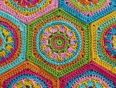 Guía paso a paso, ilustrado para cuadrados Granny hexagonales (hex) en la mezcla patrón de colores. Es muy divertido al crochet cuadrados Granny