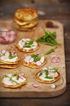 Blinis aux asperges des bois, crème de chèvre et pétales de radis ~ Pancakes with wild asparagus, goat cream and radish