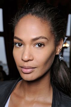 Joan Smalls in perfect, barely-there makeup - just right for this fall. Skin Makeup, Beauty Makeup, Hair Beauty, Beauty Trends, Beauty Hacks, Barely There Makeup, Teen Trends, Natural Beauty Tips, Natural Makeup