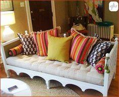mais sofás de madeira com almofadas coloridas...