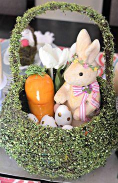 Prateleira de cesta de musgo para a Páscoa