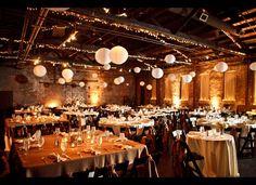 Mooie witte lampionnen en Kerst verlichting in de feestzaal.   White paper lanterns. With Christmas lights to decoratie your party #lampion #weddinginspiration #trouwen #styling #stylist #decoration #weddingideas #wedding #feest #huwelijk #lampionnen #kerst #diner #versiering Bruiloftsborden wedding decoration  www.lampion-lampionnen.nl