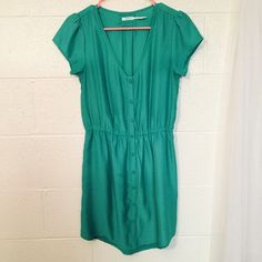Kimchi Blue Kelly Green Button Up Dress Kimchi Blue kelly green dress. Slight high-low design. Buttons all the way down and gathers at waist. Brand new condition! Kimchi Blue Dresses