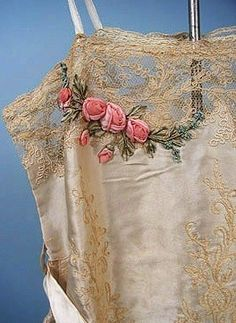 Lace w ribbon work! Antique and vintage embroidery ribbons Silk Ribbon Embroidery, Vintage Embroidery, Embroidered Lace, Lace Ribbon, Custom Embroidery, Ribbon Flower, Ribbon Hair, Fabric Flowers, Hand Embroidery