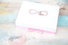 Wyjątkowe pudełko na ślubne obrączki z symbolem nieskończoności, połączonym z napisem LOVE. Pudełeczko w kolorze białym zawiera poduszeczki na obrączki - możliwe wykonanie w innej kolorystyce!  Pudełeczko dostępne jest w sklepie online Madame Allure! Decoupage
