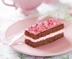 Un morbido impasto al cioccolato farcito da una golosissima crema a base di lamponi, panna e mascarpone: è la torta al cioccolato con crema di lamponi!